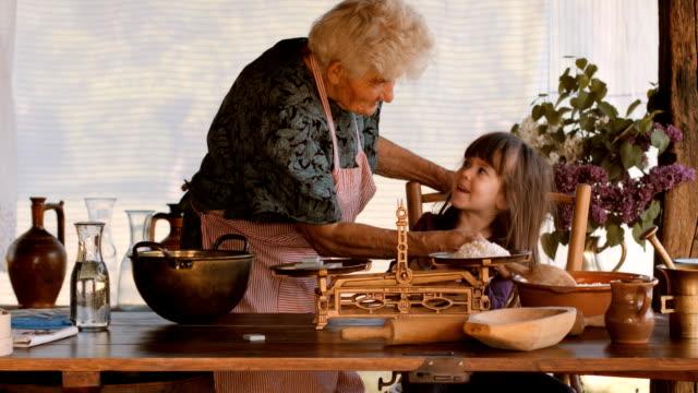 vídeos y material grabado en eventos de stock de secuencia de alta definición. cocina con abuela. parte de una serie - escena no urbana