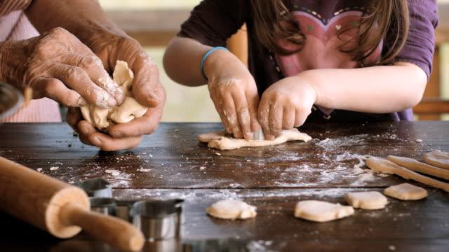 kochen mit oma-schöne mädchen lernen, wie sie cookies in den hell beleuchteten vintage-küche - back lit stock-videos und b-roll-filmmaterial