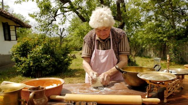 kochen mit oma alten farmer lady einen laib brot - großmutter stock-videos und b-roll-filmmaterial