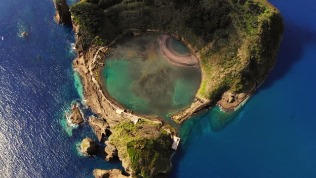 vidéos et rushes de cool aerial view of circle pool inside volcanic island with eye shape in the azores islands. - îles de l'atlantique