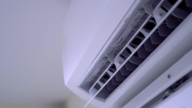 白い壁の部屋の涼しいエアコンシステム - エアコン点の映像素材/bロール