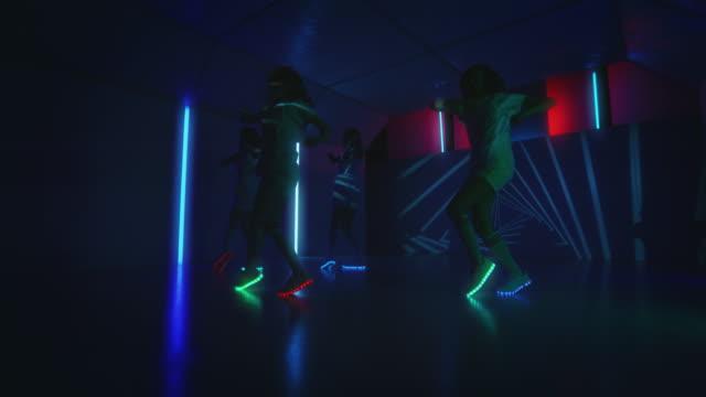 Cool b-Mädchen üben im Tanzstudio