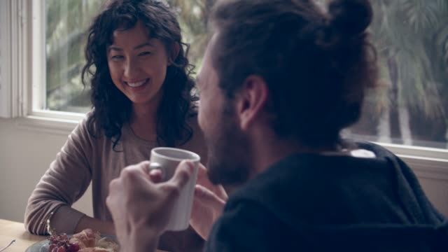 vidéos et rushes de cu cool couple having breakfast together - thé boisson chaude