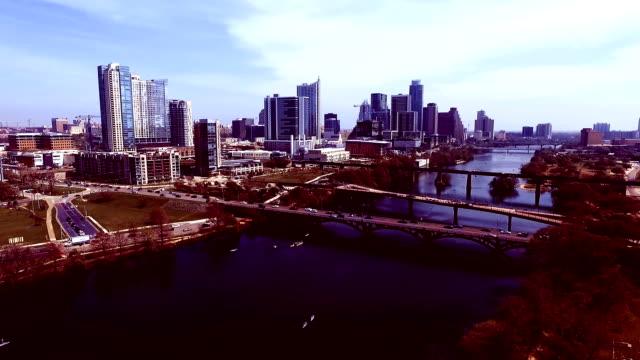 vídeos de stock e filmes b-roll de estilo hipster filtro do efeito vista aérea cidade de austin texas horizonte do rio de colorado diversão actividades de primavera de água estação do centro da cidade de cidade com vista para maiúscula - town