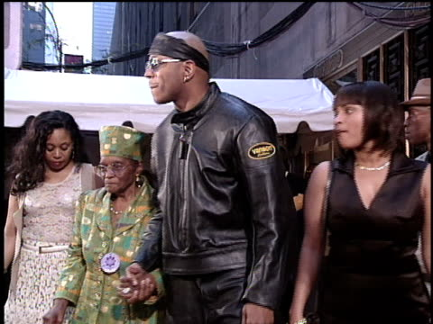 vídeos de stock, filmes e b-roll de ll cool j arriving at the 1996 video music awards with his family - 1996