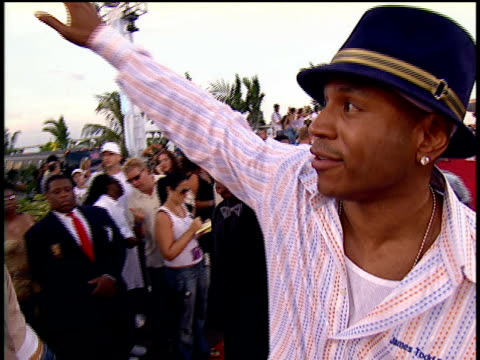 stockvideo's en b-roll-footage met cool j waving to the crowd and walking down the 2004 mtv video music awards red carpet. - 2004