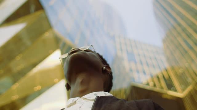 vidéos et rushes de cool man wearing eyeglasses outdoors - la vingtaine