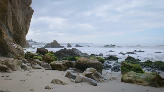 vídeos de stock, filmes e b-roll de manhã legal em rocky beach - boulder rock