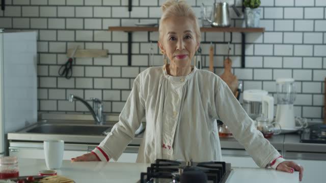 クールな年配の日本人女性が見上げて微笑む - 年配の女性点の映像素材/bロール