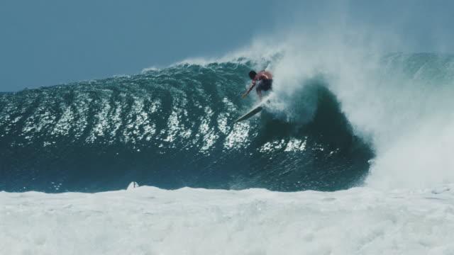 クールなサーファーは、スプラッシュバレル波にサーフボードをクラッシュします。 - ニカラグア点の映像素材/bロール