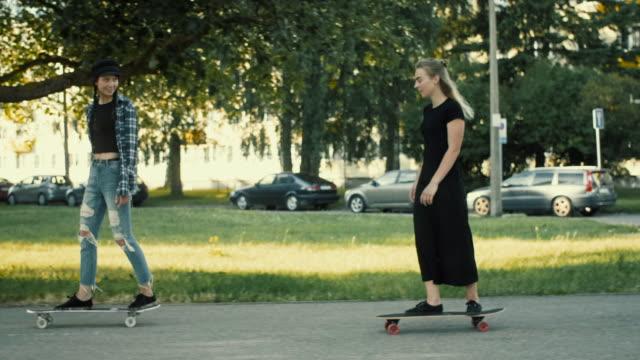 coole damen skateboarding - leute wie du und ich stock-videos und b-roll-filmmaterial