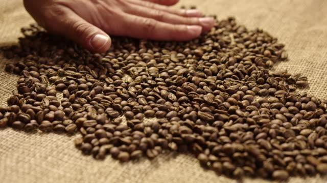 コーヒー豆 4 k スローモーションを冷却 - 麻袋点の映像素材/bロール