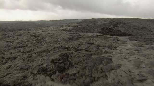 vidéos et rushes de cooling lava in hawaii volcanoes national park in hawaii. - big island îles hawaï