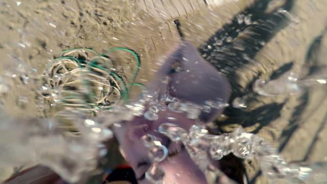 vídeos y material grabado en eventos de stock de de refrescarse - bañador de natación