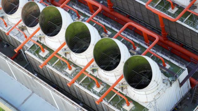 edificio della torre di raffreddamento con stazione di pompaggio in basso nella centrale elettrica - ritemprarsi video stock e b–roll