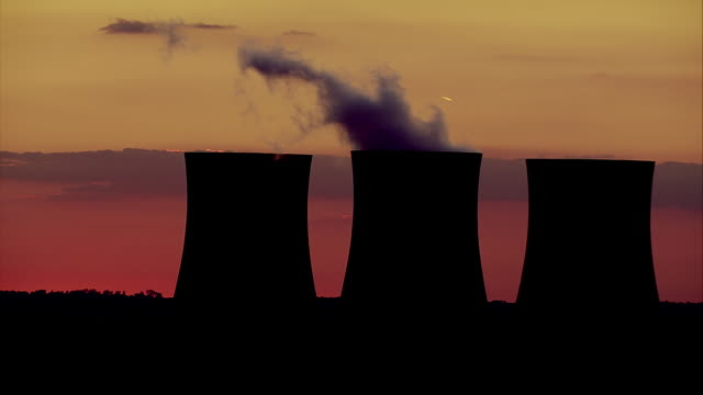 ws pan cooling towers of power station against pink and purple sky / dicot, oxfordshire, england - cooling tower stock videos & royalty-free footage