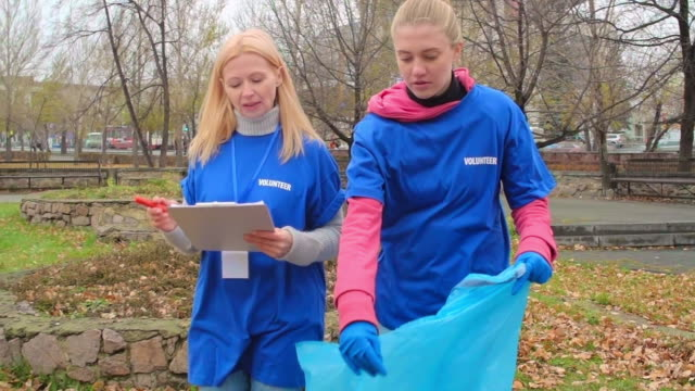 coordinating volunteers - sopsäck bildbanksvideor och videomaterial från bakom kulisserna