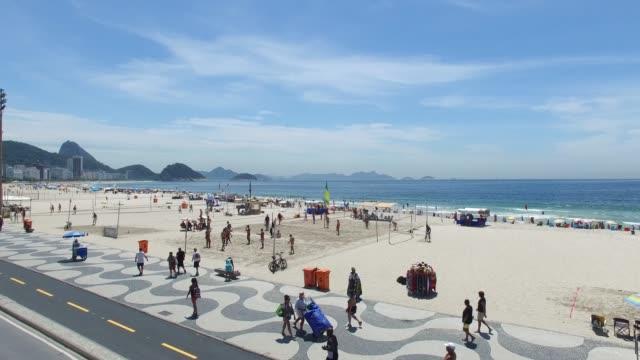 vídeos de stock, filmes e b-roll de praia de copacabana no rio de janeiro, brasil - orla