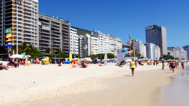 vídeos de stock, filmes e b-roll de praia de copacabana no rio de janeiro - bronzeado