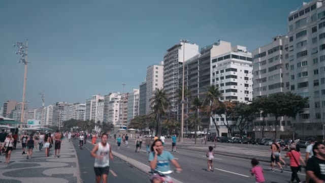 vídeos de stock, filmes e b-roll de passeio marítimo da praia de copacabana - calçada