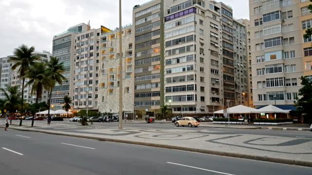 vídeos de stock, filmes e b-roll de praia de copacabana - avenida