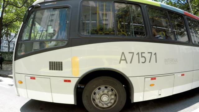 vídeos de stock, filmes e b-roll de copacabana  - ônibus
