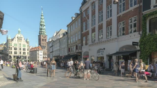 stockvideo's en b-roll-footage met tl: copenhagen stad denemarken straat met veel winkelen mensen - europese cultuur