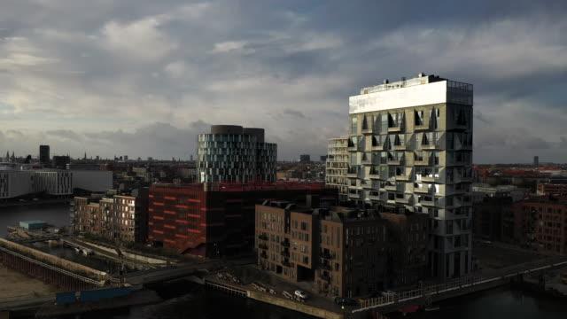 kopenhagener stadtbild: moderne architektur am meer - kopenhagen stock-videos und b-roll-filmmaterial