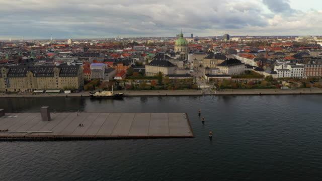kopenhagener stadtbild: moderne architektur am meer - schlossgebäude stock-videos und b-roll-filmmaterial