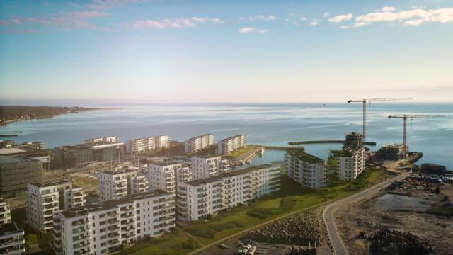 vídeos de stock e filmes b-roll de copenhagen cityscape: modern architecture at the sea - região de oresund