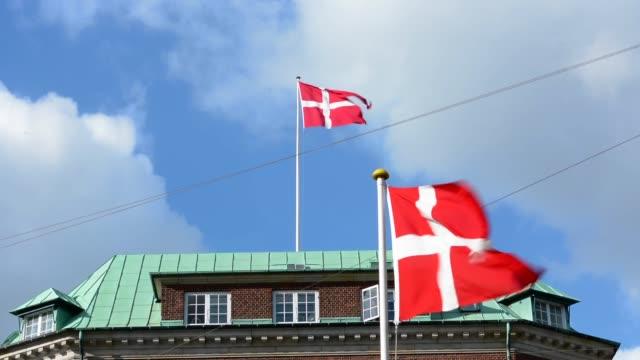 vídeos y material grabado en eventos de stock de copenhagen denmark flags flying kobenhavn - danish flag