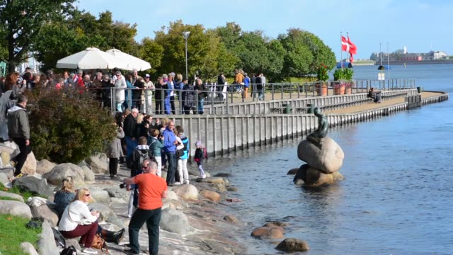 copenhagen denmark little mermaid monument den lille havfrue with tourists kobenhavn - copenhagen video stock e b–roll