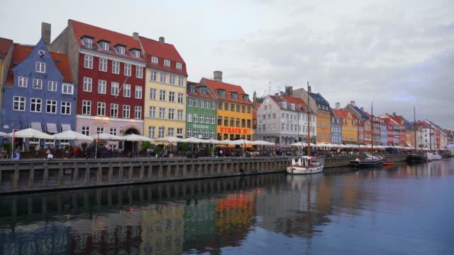 コペンハーゲン・ナイハウンカフェ、バー、レストラン デンマーク 4k - オーレスン海峡点の映像素材/bロール
