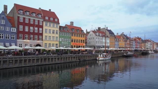 コペンハーゲン・ニュハウン運河デンマーク 4k ビデオ - オーレスン海峡点の映像素材/bロール