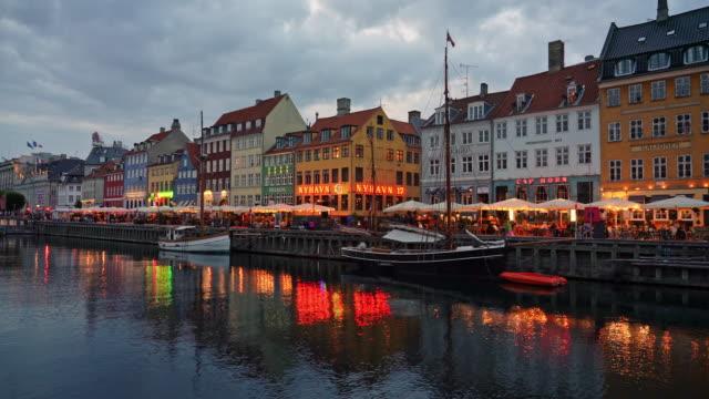 コペンハーゲン ニューハウン ナイトライフ デンマーク 4k - オーレスン海峡点の映像素材/bロール