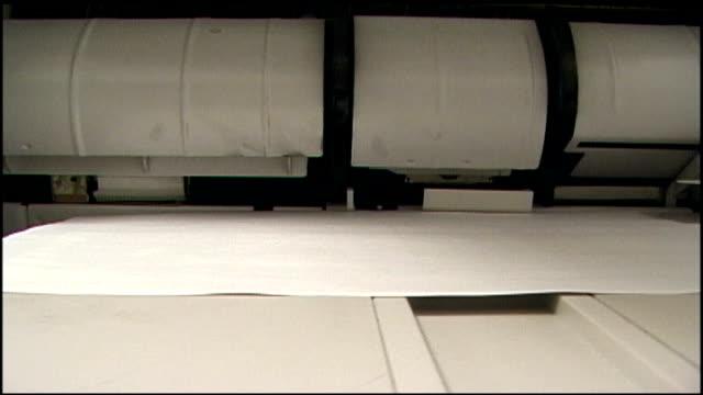 stockvideo's en b-roll-footage met cu copies coming out of machine - kopiëren