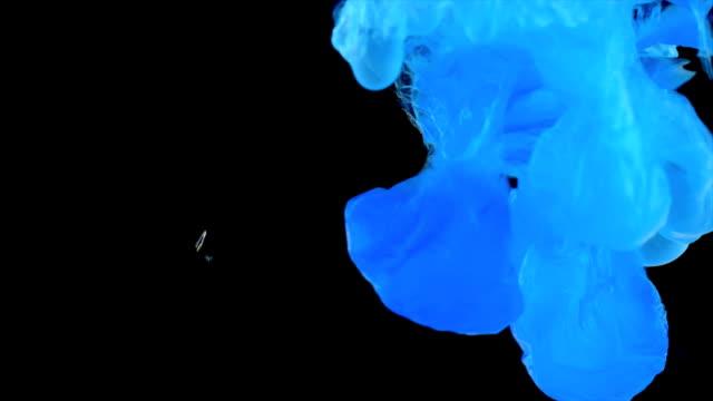 vídeos de stock e filmes b-roll de copper hydroxide precipitate - reacção química