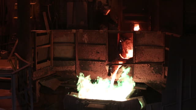 vidéos et rushes de copper sheet production at the uralelectromed copper refinery, operated by ural mining and metallurgical co. , in verkhnyaya pyshma, russia, on... - acier