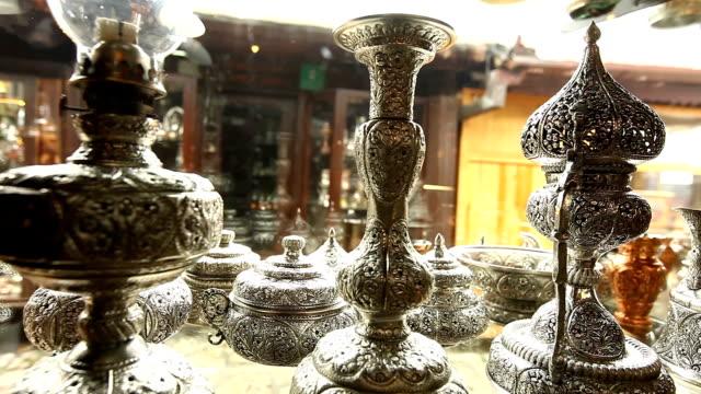 vídeos de stock, filmes e b-roll de coppersmiths street in sarajevo - antiquário loja