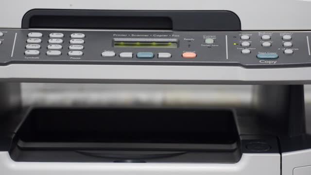 stockvideo's en b-roll-footage met copy machine scanning and printing - drukker