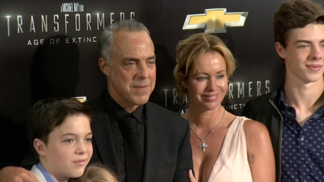 stockvideo's en b-roll-footage met cora welliver quinn welliver eamon welliver jose stemkens and titus welliver at transformers age of extinction new york premiere at ziegfeld theatre... - titus welliver