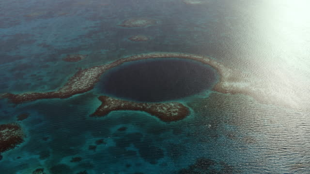 vidéos et rushes de coral reef surrounds great blue hole - lagon