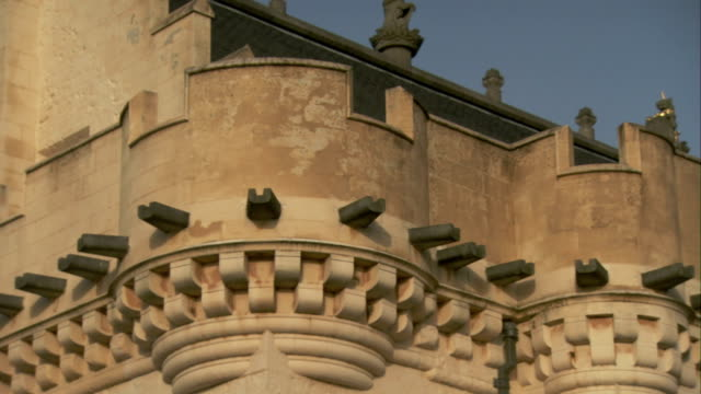 vídeos de stock, filmes e b-roll de corbels protrude from the outer wall of the vars stirling castle in stirling, scotland. available in hd. - stirling