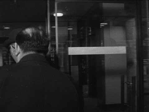 vídeos y material grabado en eventos de stock de corby steel strike; england: london: tuc: sir william carron towards to bv sir harry douglas towards to bv int frank cousins past from lift george... - william boyd