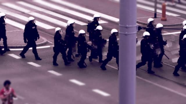 cordone di polizia. fotomontaggio - violenza video stock e b–roll