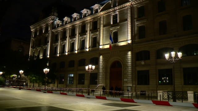 """vidéos et rushes de a cordon around the police headquarters in paris after a former employee murdered four staff members in the building - """"bbc news"""""""