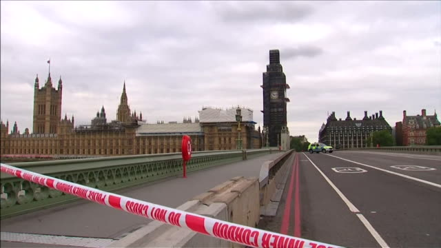 cordoned off streets in westminster after a car crashed into security barriers outside the houses of parliament in a potential terrorist attack - ウェストミンスター橋点の映像素材/bロール