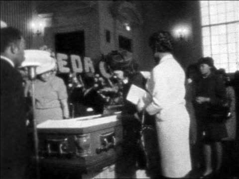 vidéos et rushes de coretta scott king looking at coffin of martin luther king during funeral / newsreel - cercueil