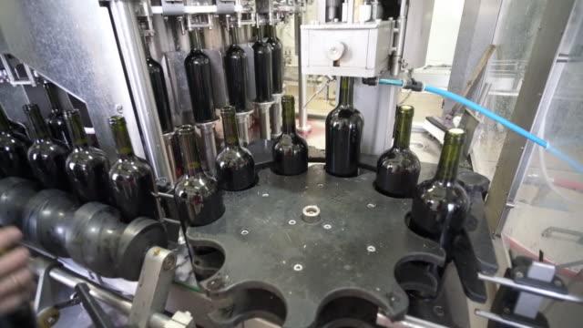 corking machine. at cooperativa vinícola são joão, southern brazil. - bundesstaat rio grande do sul stock-videos und b-roll-filmmaterial
