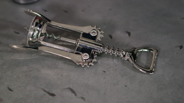 corkscrew - ボトルオープナー点の映像素材/bロール
